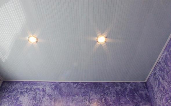 Бесшовные панели ПВХ на потолке в ванной