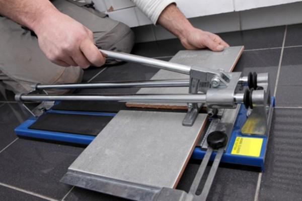 Как резать плитку плиткорезом