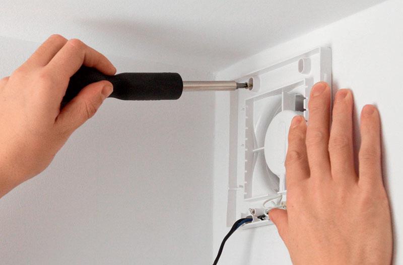 Крепим вентилятор к стене шурупами с пластиковыми дюбелями