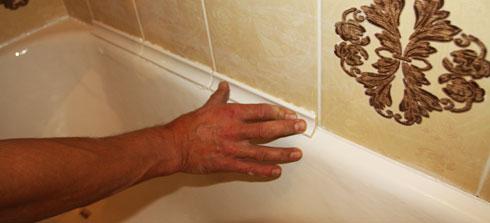 Наклейка пластикового уголка на стык ванной и стены
