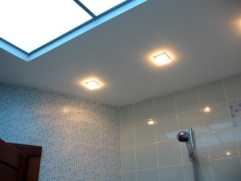 Потолок со вставкой в ванной