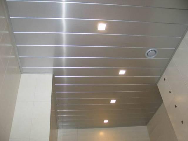 Реечный алюминиевый потолок в ванной