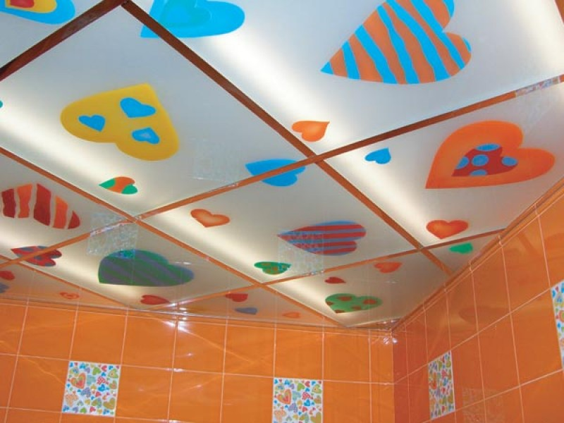 Вариант оформления потолка в ванной