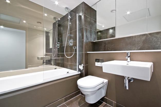 Зеркало во всю стену в небольшой ванной комнате