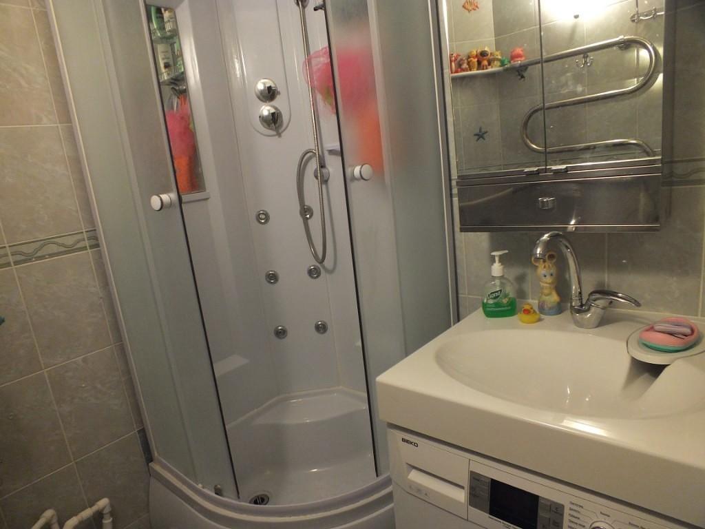 зеркальный шкафчик над раковиной в небольшой ванной