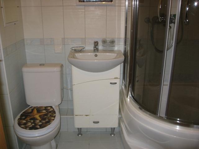 шкаф под раковиной экономит место в небольшой ванной