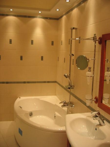 навесные аксессуары в небольшой ванной комнате