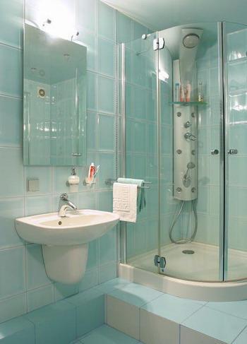 душевая кабина с гидромассажем в маленькой ванной