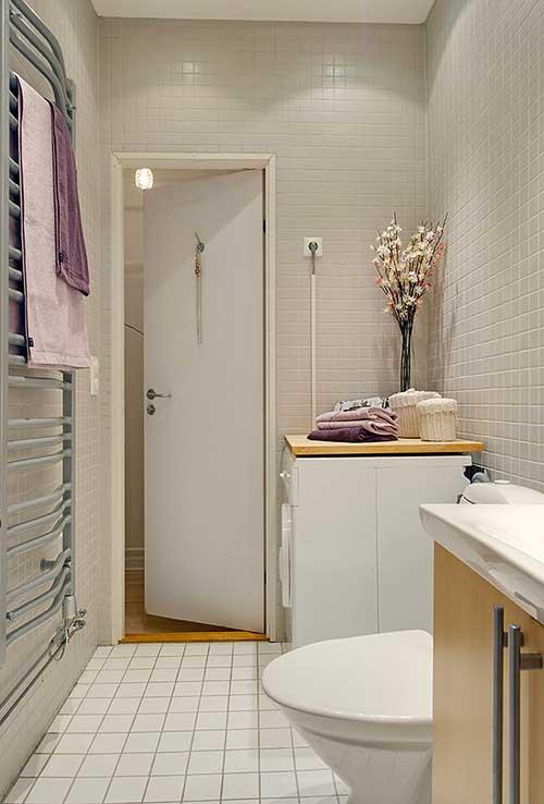 дверь наружу в маленькой ванной