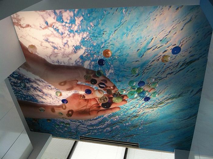 Картина на потолке ванной комнаты