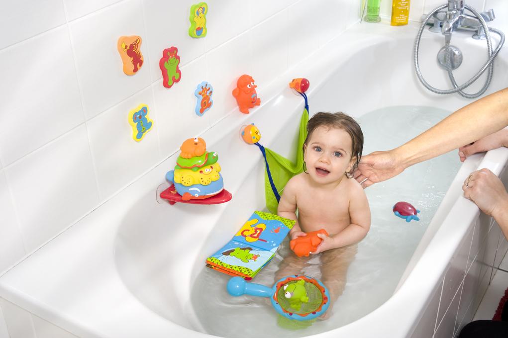 Малыш в ванной с игрушками