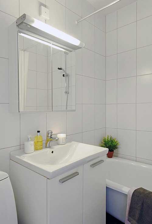 подсветка над зеркалом в маленькой ванной