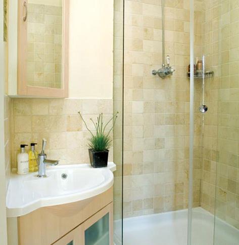 угловая раковина в маленькой ванной комнате