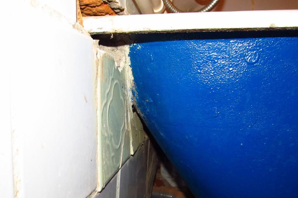 вмурованная в стену ванна