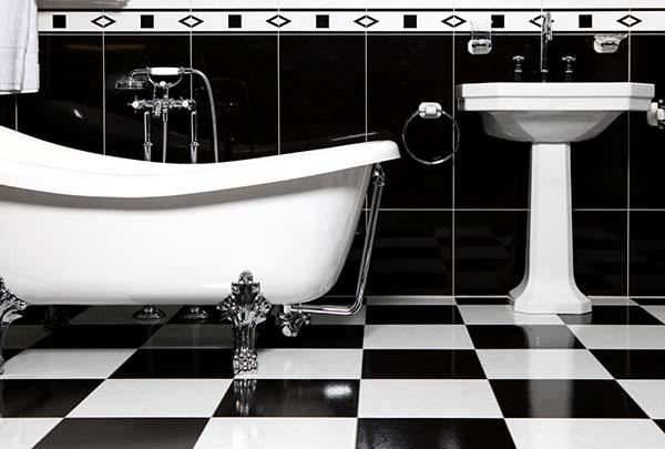 Белая классическая сантехника в ванной комнате