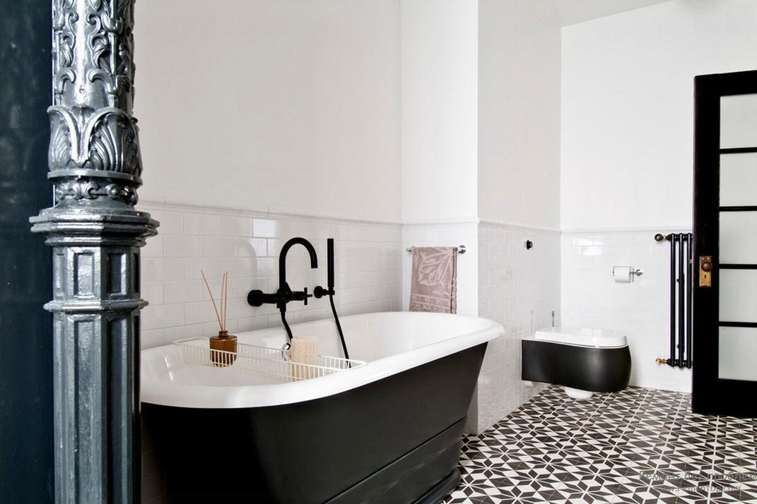 Белые стены в черно белой ванной комнате