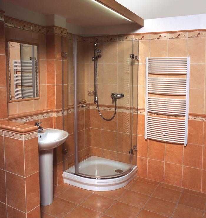 Бежевая плитка в ванной с душевой