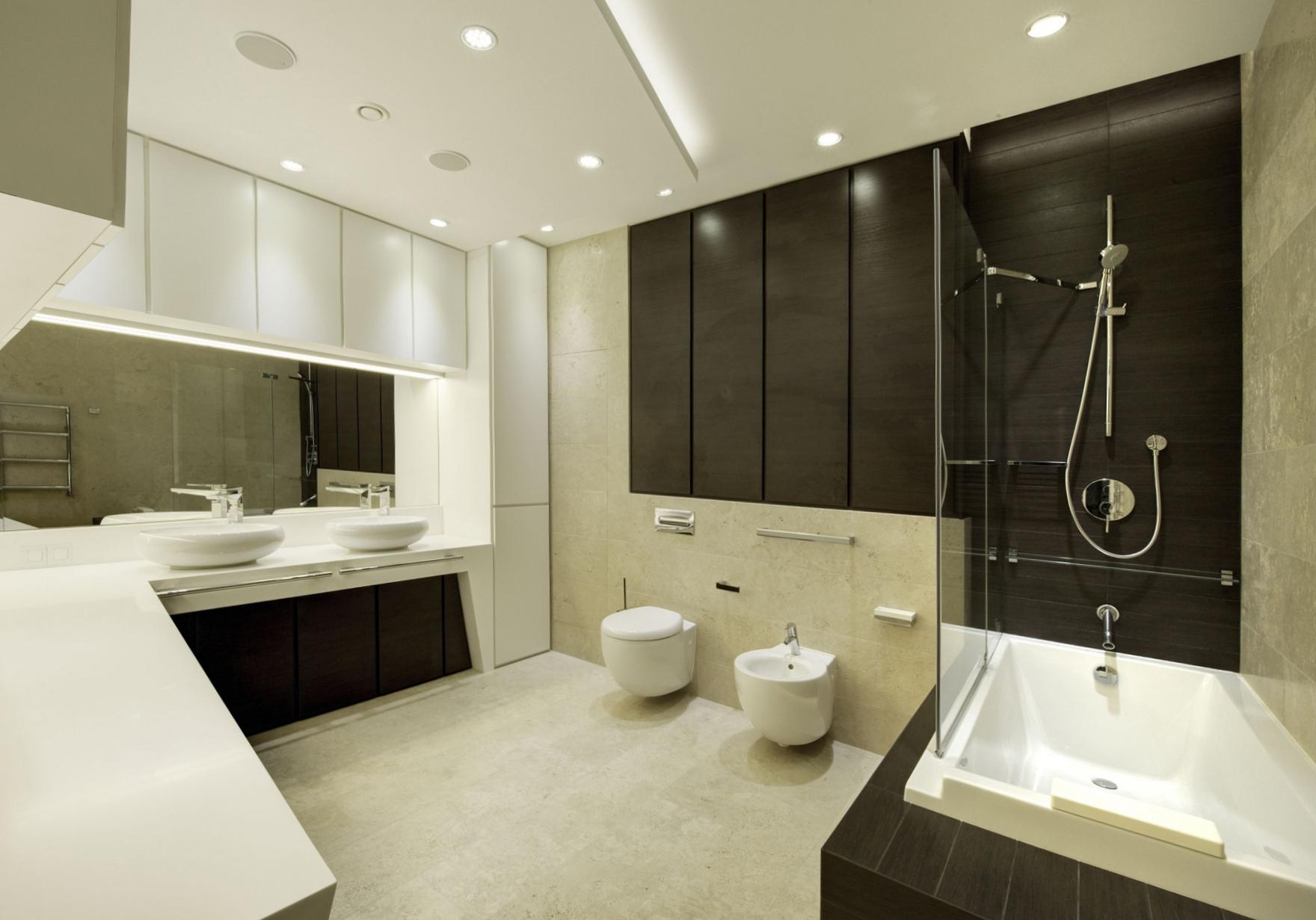 Большая черно-белая ванная