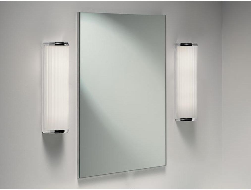 Бра по обеим сторонам зеркала