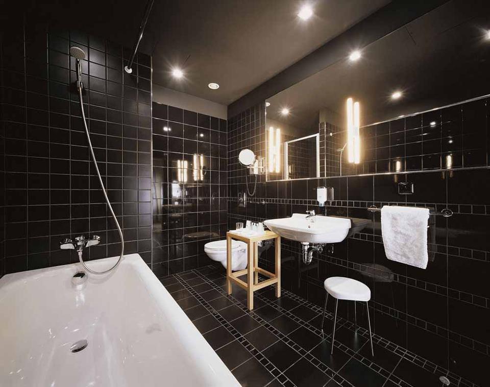 Черно белая ванная комната с черными стенами