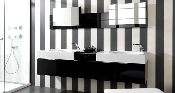 Черно белая ванная комната с полосатыми стенами