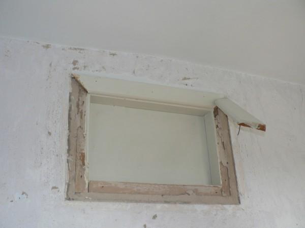 Демонтаж оконной рамы