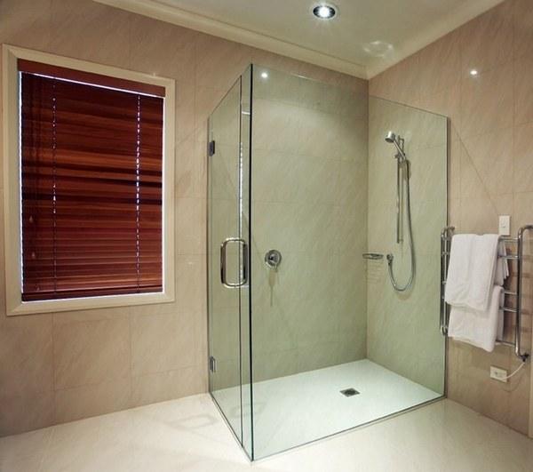 Душевая кабинка без поддона в интерьере ванной