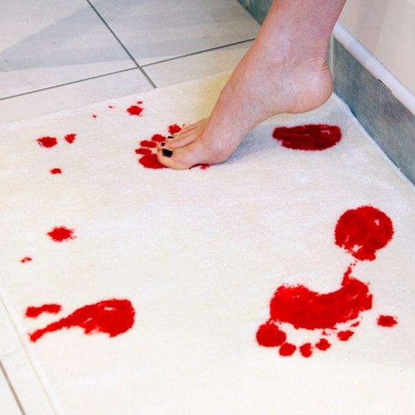 Коврик в ванную, меняющий цвет от контакта с водой