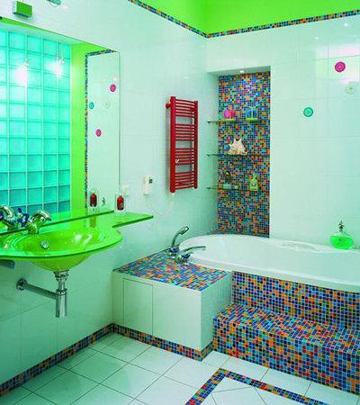 Необычный яркий дизайн небольшой ванной комнаты