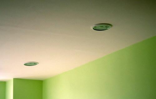 Окрашенный потолок в ванной