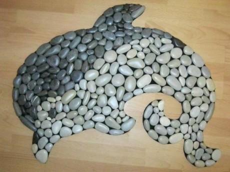 Оригинальный коврик из гальки в виде дельфина