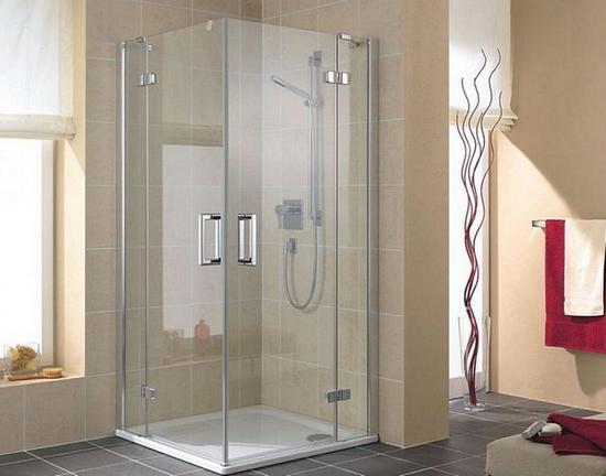Открытая душевая в интерьере ванной комнаты
