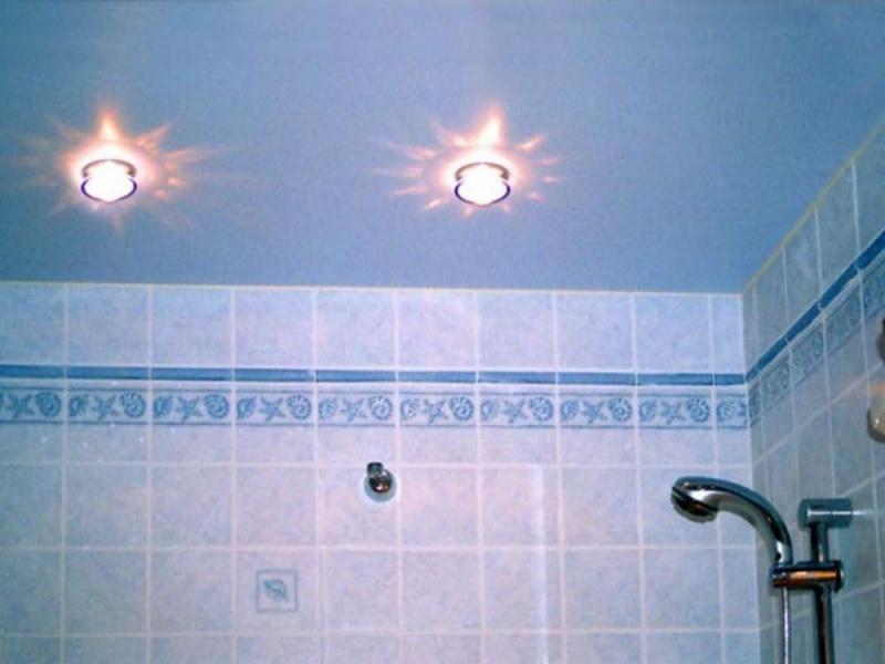 Синий потолок в ванной