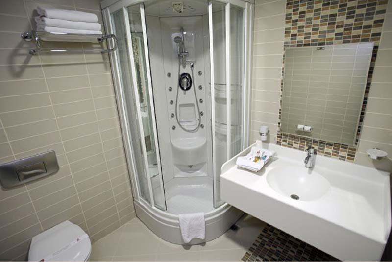 Современная ванная комната с душевой кабинкой вместо ванны