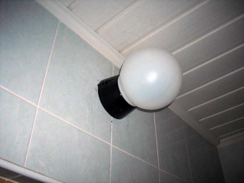 Светильник в ванную над дверью