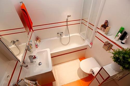 Светлая ванная комната с яркими акцентами в оформлении