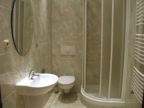 Светлые тона в оформлении небольшой ванной комнаты