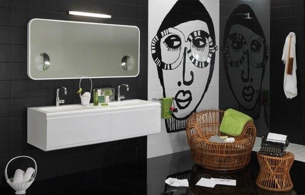 Цветные аксессуары в черно белой ванной