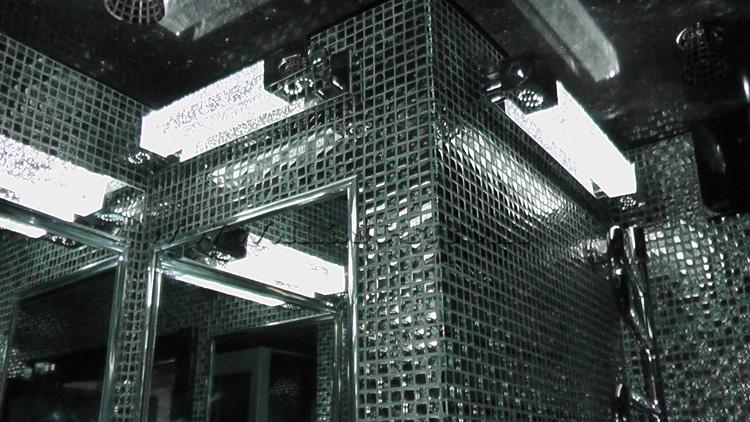 Три светильника в совмещенном санузле