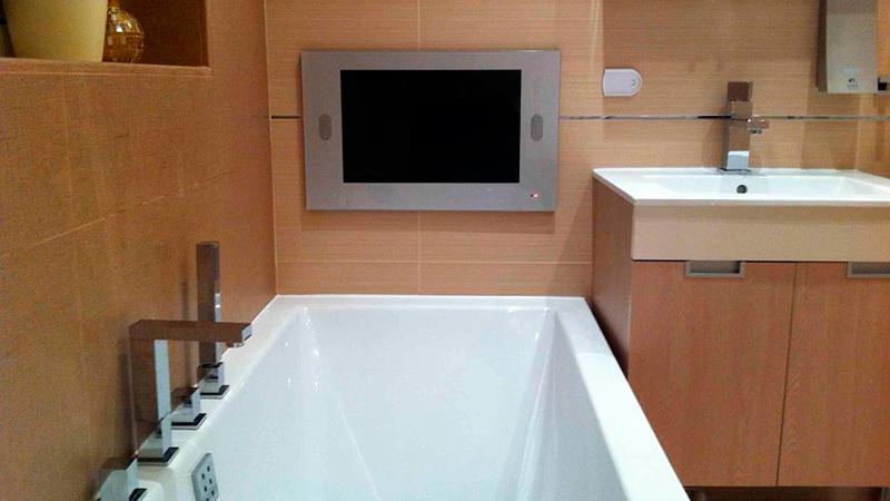 Установленный в ванной комнате телевизор