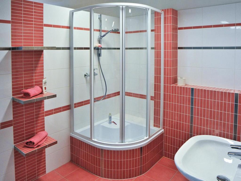 Ванная комната в бело красном цвете