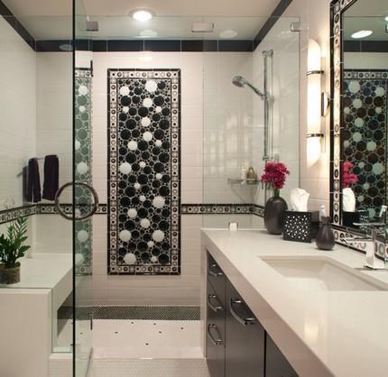 Ванная с черно-белым панно