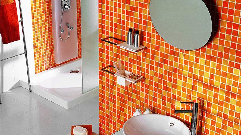 Яркая плитка в интерьере ванной
