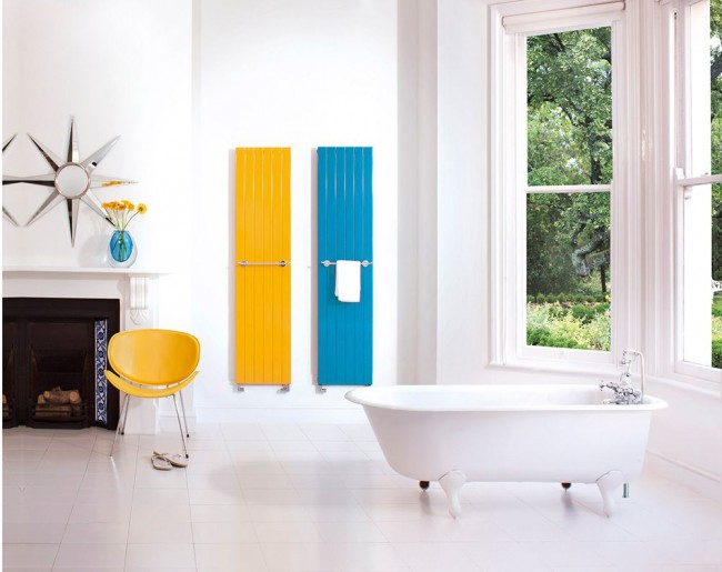 Яркие полотенцесушители в ванной комнате