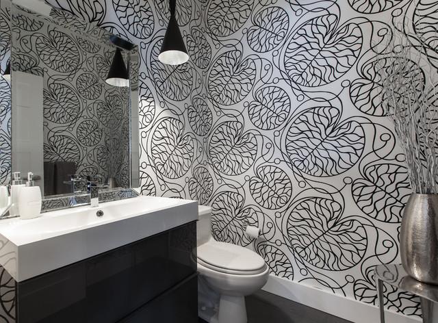Затейливые узоры на стенах в черно белой ванной комнате
