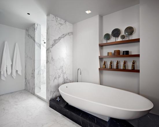 черно белая ванна с белым полом и стенами