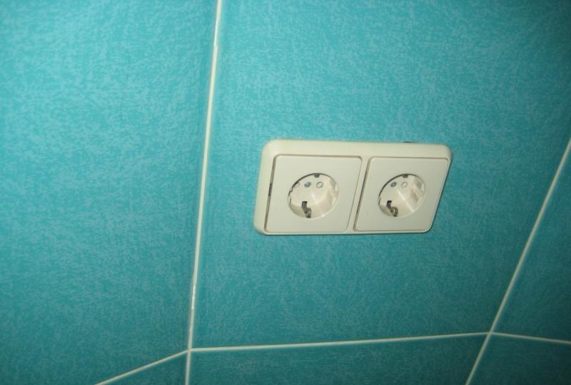 Двойная розетка на стене ванной