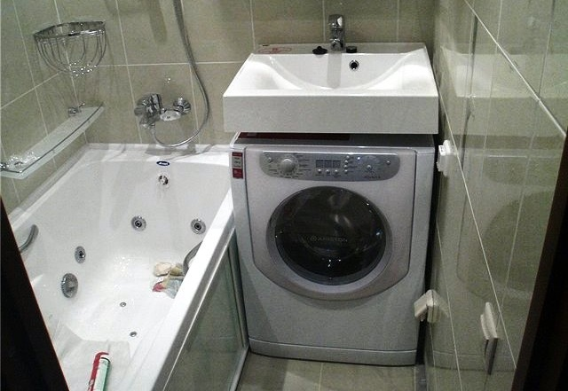 умывальник над стиральной машиной в ванной