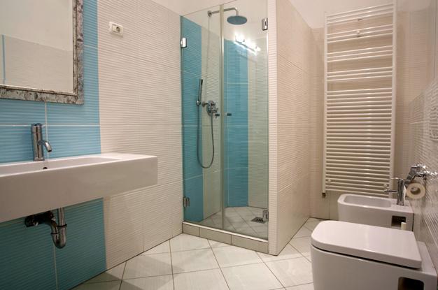 Душевая кабина в ванной комнате в панельном доме