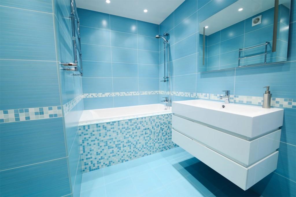 Голубая мозаика и плитка в ванной
